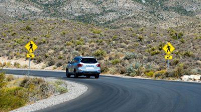 coche-carretera-red-rock-canyon-nevada-ee-uu_1268-14383