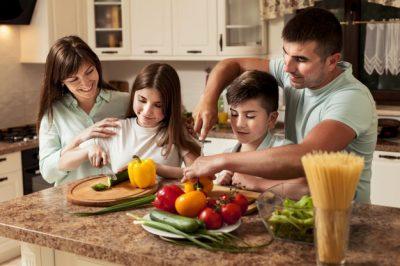 familia-preparando-comida-juntos-cocina_23-2148610904
