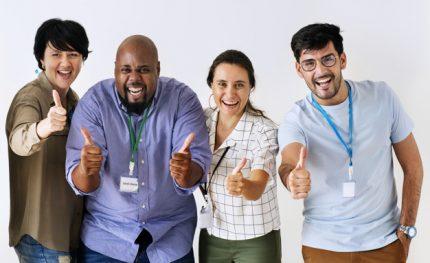 q-companeros-trabajo-dando-excelentes-comentarios_53876-13464
