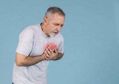 s-hombre-mayor-que-tiene-dolor-pecho-fondo-azul_23-2148032380