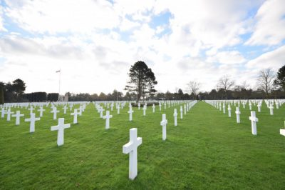 u-escenografia-cementerio-soldados-que-murieron-segunda-guerra-mundial-normandia_181624-8780