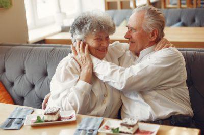 x-hermosa-pareja-ancianos-sentados-cafe_1157-32972